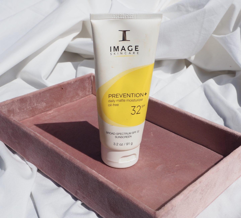 moisturiser for oily skin image